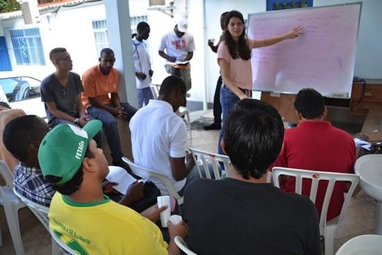 @ ACNUR/ L.F.Godinho: Peregrinos de la JMJ que están solicitando asilo en Brasil participan en clases de portugués en el marco de un proyecto conjunto de la Cáritas Arquidiocesana de Rio de Janeiro e el Alto Comisionado de las Naciones Unidas para los Refugiados.