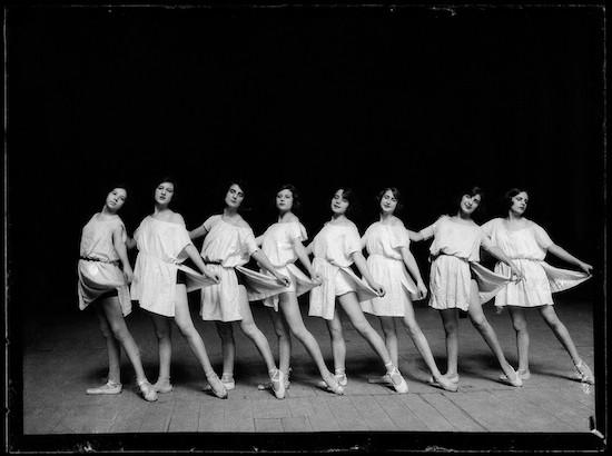 (C) Luis Ramón Marín. Bailarinas dando clase en el Teatro Real. Madrid, julio de1922