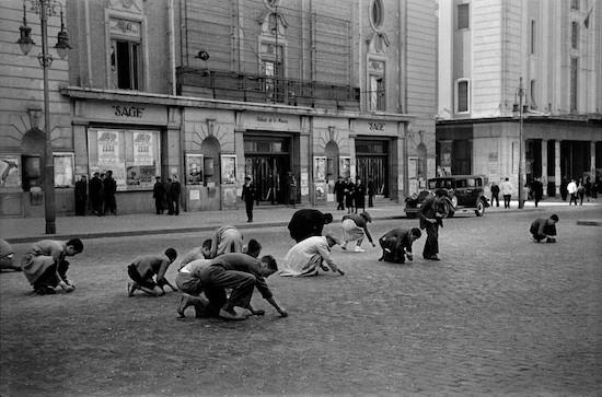 LuisRamonMarin RecogiendogranosenlaGranVia Madrid4denoviembrede1936 550 Grande del siglo XX: Luis Ramón Marín