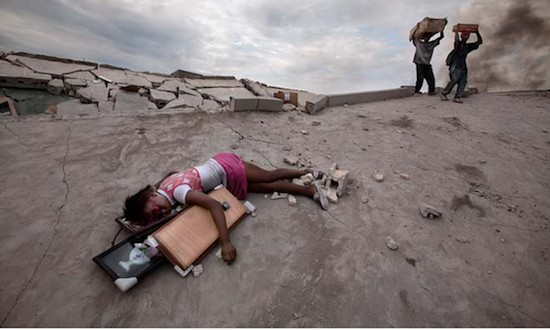 © Paul Hansen / Dagens Nyheter. La niña Fabienne Cherisma, de 14 años, muerta en Haití en el terremoto que asoló el país. Controvertido premio del certamen de Fotografía de Prensa del Año de Suecia, Swedish Picture of the Year Awards.