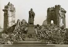Estatua de Martín Lutero en medio de las ruinas de la Frauenkirche de Dresde tras el bombardeo de la aviación aliada sobre la ciudad la noche del 14 de febrero de 1945. Archivo Manuel López