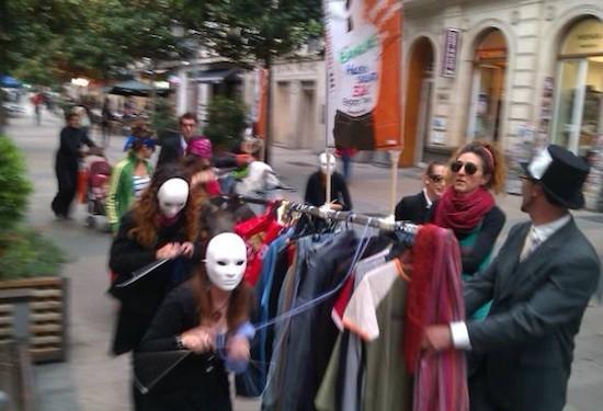 Activistas de la campaña Ropa Limpia, bajo la lluvia, en Vitoria-Gasteiz