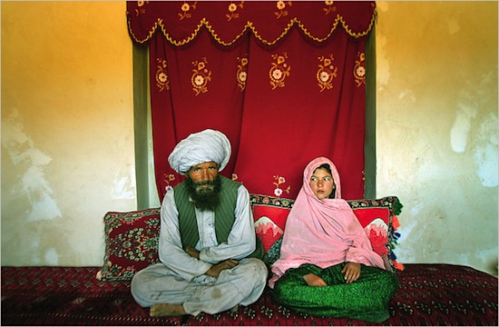 (C) A la niña Ghulam Haider, de 11 años, la van a casar con Faiz Mohammed, de 40 años. (C) Stephanie Sinclair. Premio Unicef 2007