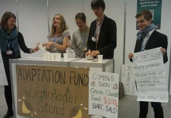 Jóvenes organizan en la COP 19 una parodia de venta de limonada para financiar el Fondo Verde para el Clima, poniendo de relieve la falta de compromisos serios. Crédito: Claudia Ciobanu/IPS