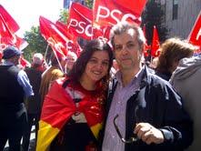 Manel Fernández con su hija Pepa en una manifestación contra los recortes.