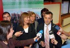 Manel Fernández con medios de comunicación.