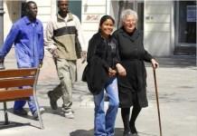 Muchos inmigrantes han encontrado trabajo en España como acompañantes de personas mayores