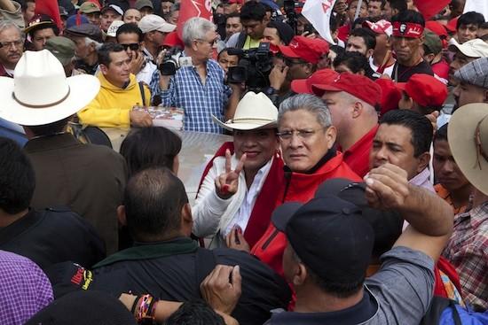 Xiomara Castro hace la señal de la victoria, rodeada de simpatizantes, durante la marcha contra un alegado fraude electoral, el domingo 1, en Tegucigalpa. Crédito: Thelma Mejía/IPS