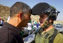 Beit Ur, Cisjordania, 16/10/2012: Un activista palestino se encara con un soldado israelí, durante una manifestación en la carretera 443. Los manifestantes, alrededor de un centenar, protestaban por los últimos ataques de colonos y exigían la reapertura de la ruta al tráfico local. Foto: Nasser Shiyoukhi / AP