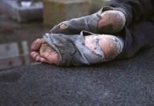 Pies de un sintecho ('homeless'). mlf.org