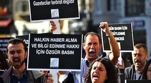 Periodistas turcos protestan en defensa de sus derechos en Estambul el 5 de noviembre de 2013. Los manifestantes caminaron a un ritmo de un paso por minuto para subrayar la lentitud de la justicia en Turquía. (AFP/Ozan Kose)