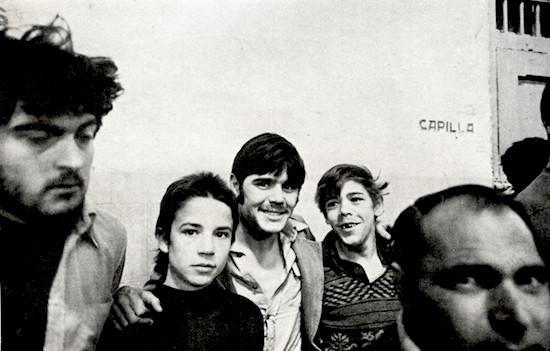 C Manuel López jóvenes reclusos en la cárcel de Carabanchel Madrid 1976 PES 550 Leyendo fotos. Caza, pesca, agricultura