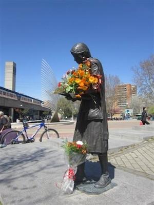 Estatua en recuerdo de Yolanda González en el Parque de Aluche