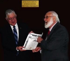Gerardo Piña-Rosales hace entrega a Carlos E. Paldao del diploma de la ANLE. Foto: Jorge I. Covarrubias