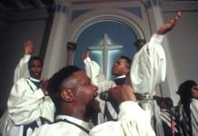 © Arlene Gottfried. Selwyn Rawls y The Eternal Light Community Singers. 1999
