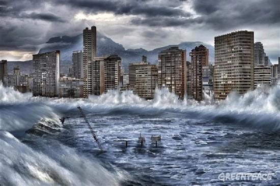 Greenpeace muestra en una simulación fotográfica los posibles efectos extremos del cambio climático y del deshielo del ártico en España. En la imagen, Benidorm, afectada por la subida del nivel del mar por el deshielo del Ártico. / Pedro Armestre y Mario Gómez / Greenpeace