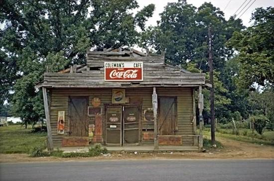 William Christenberry. 'Coleman's Café'. Christenberry fotografió este café en 1967 y repitió la toma en los años 1971, 1977, 1978, 1980 , y 1982
