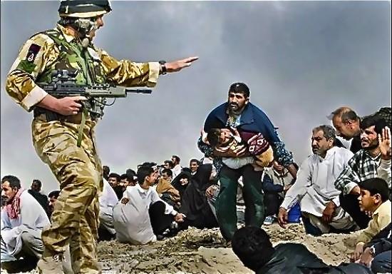 Brian Walski. Soldado británico apuntando con su fusil a un grupo de civiles iraquíes. Cerca de Basora, marzo de 2003