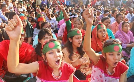 Mujeres jóvenes de Bangladesh levantan sus puños en una protesta en Shahbagh, un vecindario de Dacca. Crédito: Kajal Hazra/IPS