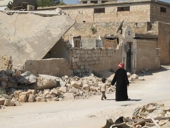 Madre e hijos sirios cerca de Maarat Al-Numan, una zona rebelde de Siria, en otoño de 2013. Crédito: Shelly Kittleson/IPS