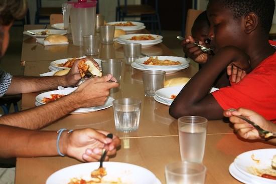 Niños y niñas almuerzan en el comedor del colegio público Manuel Altolaguirre, en el barrio pobre de la Palma-Palmilla, en la sureña ciudad de Málaga, en España. Muchos centros educativos españoles se mantienen abiertos durante las vacaciones de verano, para asegurar alimentación y esparcimiento al alumnado de familias con pocos o ningún ingreso. Crédito: Inés Benítez/IPS