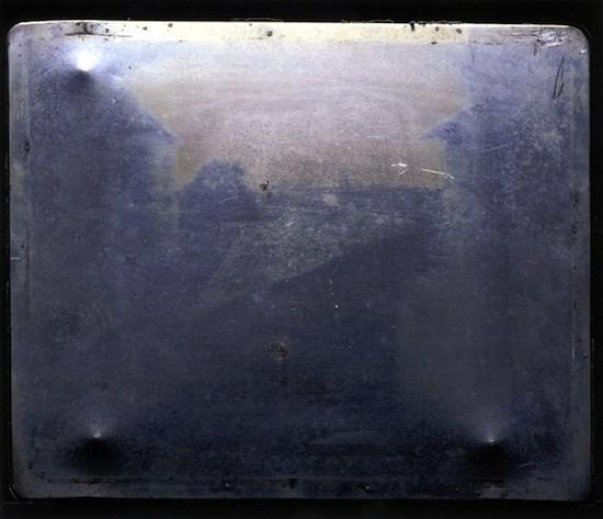 Joseph Nicéphore Niépce. Vista desde la ventana de Le Gras. DEtalle del original en la actualidad.