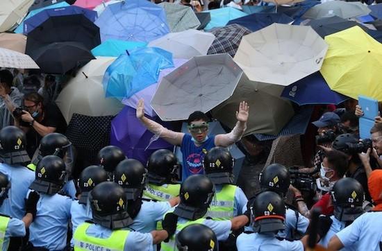 Hong-Kong-paraguas-policias