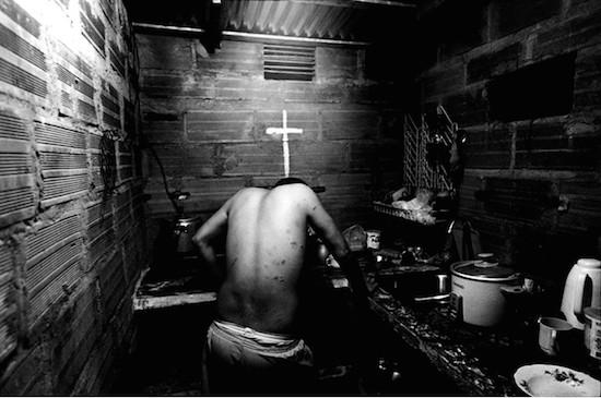 © Kosuke Okahara. Un gángster en Medellín, uno de los barrios más conocidos en Colombia. Fue atacado por grupos de bandas rivales varias veces y por suerte pudo escapar. Premio Pierre & Alexandra Boulat 2014, dotado con 8.000 euros, en Visa pour l'Image 2014.