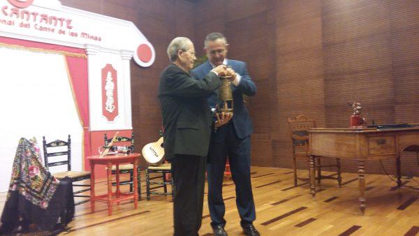 El Niño Alfonso recibe la primera Lámpara Minera Honorífica del Alcalde López Milán. 6 agosto 2016. Foto Teresa Fernández