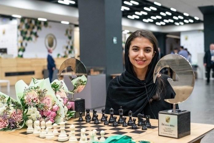 La iraní Sara Khadem subcampeona en ambas categorías posa con sus dos trofeos