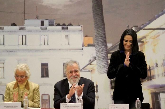 Olga Sánchez Cordero y Alejandro Encinas aplauden este 10 de enero de 2019 a la periodista Lydia Cacho