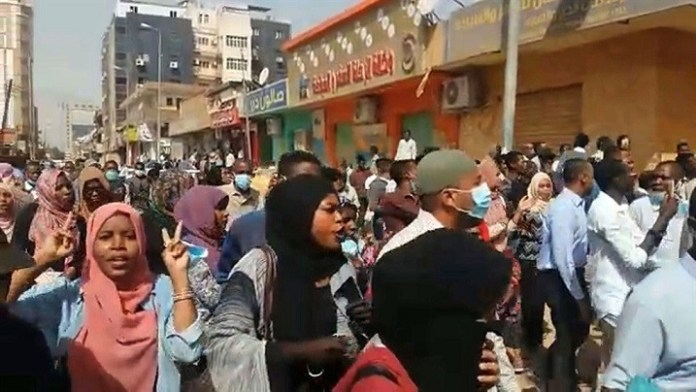 Mujeres se unen a las manifestaciones populares contra el presidente de Sudán