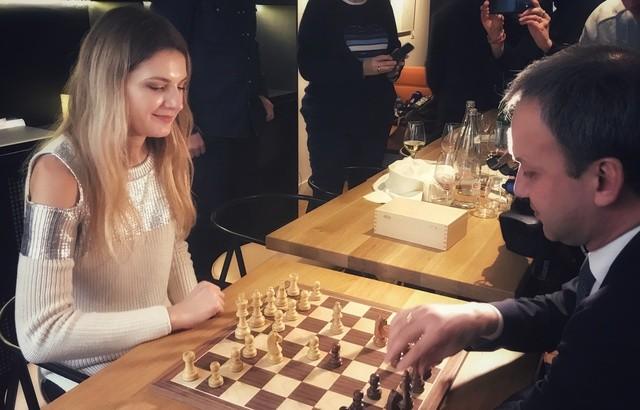 La campeona francesa Sophie Milliet juega con el presidente de la FIDE.