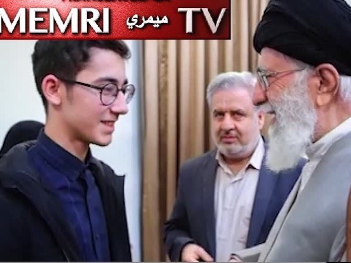 El líder supremo iraní ayatolá Ali Jamenei saluda al joven jugador iraní Aryan Gholami.