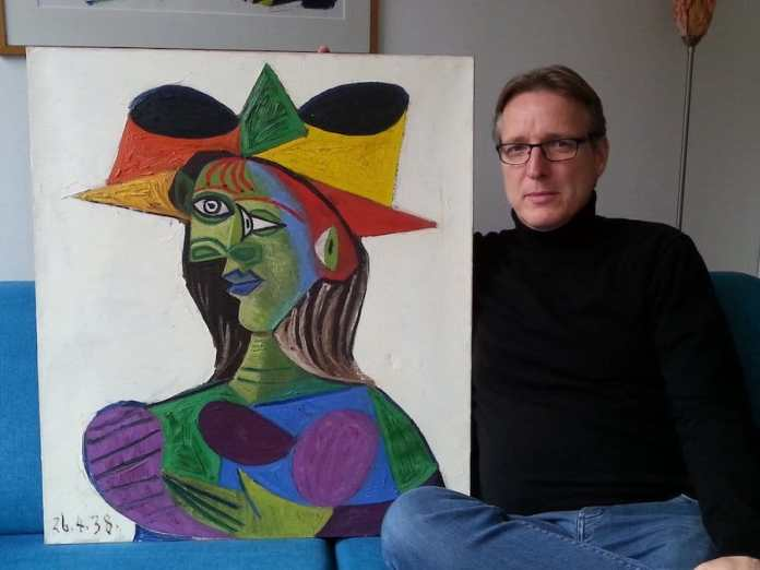 Arthur Brand posa junto al Picasso recuperado