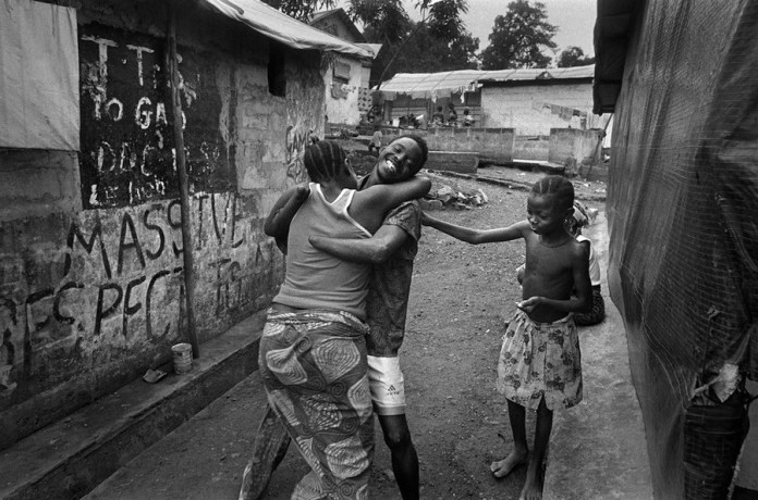 Gervasio Sanchez: victima de amputación abraza a un familiar en Freetown, Sierra Leona. 2000