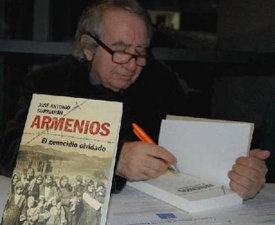 José Antonio Gurriarán firma ejemplares de su libro Armenios