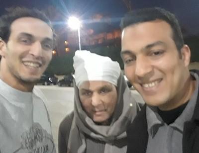 Shawkan, a la izquierda junto a su padre y hermano