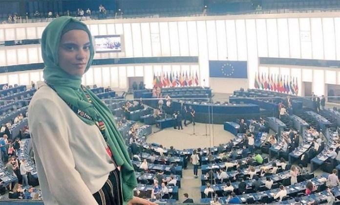 La joven italiana Yasmine Ouirhrane, de origen marroquí, en el Parlamento de Estrasburgo en junio de 2018 durante la EYE2018.