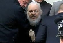 Policías británicos detienen a Julian Assange en la embajada de Ecuador en Londres, 11 de abril de 2019