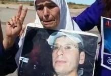 La madre de Rabiaa El Ablak se manifiesta con la fotografía del hijo