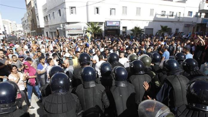 Protestas populares en las calles del Rif reprimidas por las fuerzas del orden.