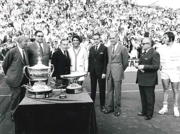 Archivo histórico del Trofeo Conde Godó, 1971. Entrega de premio a Manuel Orantes