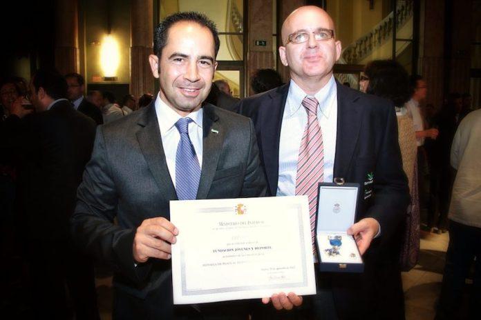 Reconocimiento al programa 'Jaque a la exclusión' del club Magic. A la derecha, el psicólogo Juan Antonio Montero.