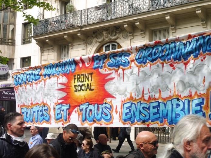 París 1MAY2019: pancarta del frente social sindical y ciudadano contra Macron