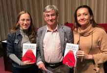 Paco Pastoriza con las profesoras Montserrat Jurado Martín y Beatriz Peña Acuña, en una fotografía de Novaciencia