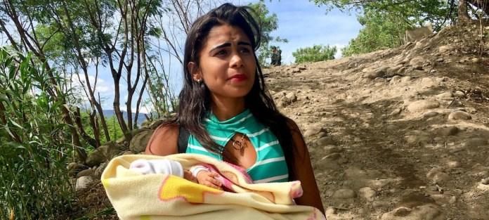 PMA / Dianna Dauber Michelle ha cruzado el río que hace de frontera entre Venezuela y Colombia con su bebé, Ashley, en los brazos. Necesita medicinas que no puede conseguir en su país y que sí obtendrá de la Cruz Roja en el lado colombiano