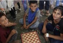 Niños refugiados en campamentos en Yemen juegan al ajedrez