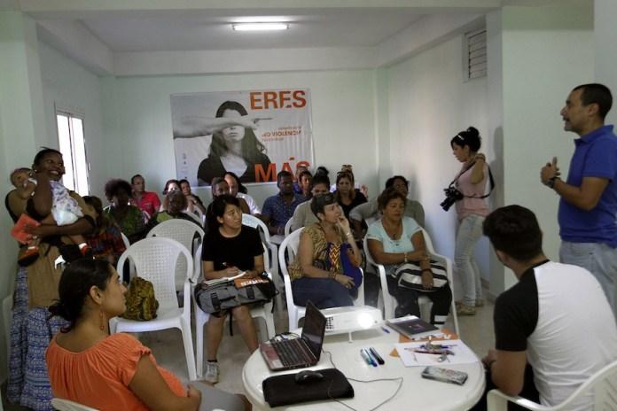 """Participantes en uno de los encuentros de reflexión sobre la violencia hacia las mujeres y las niñas en Cuba, dentro de la campaña """"Eres más"""", en la sede en La Habana del Centro Oscar Arnulfo Romero. Crédito: Jorge Luis Baños/IPS"""