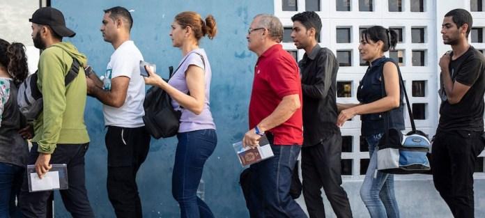 Acnur/Hélène Caux: Venezolanos haciendo cola para obtener el sello de entrada en sus pasaportes en la frontera entre Ecuador y Perú, el 13 de junio de 2019